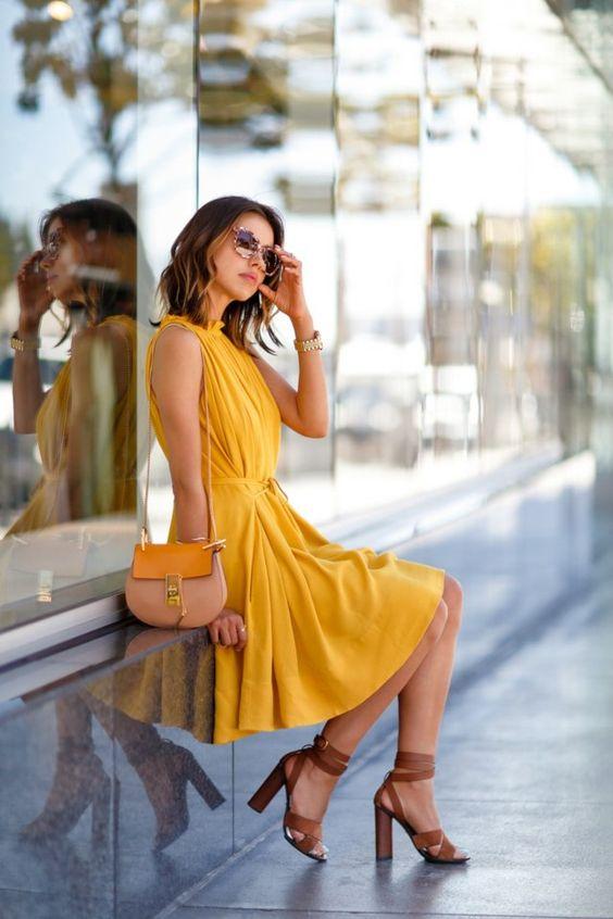Tenue robe jaune sandales à talon camel